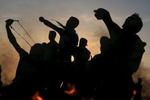 Manifestantes lanzan piedras a soldados israelíes. Foto:AFP