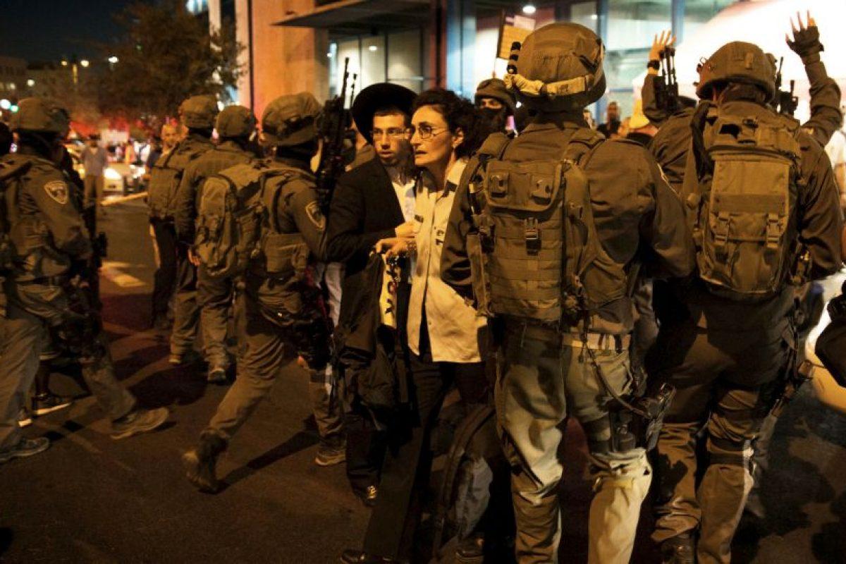 Fuerzas de seguridad de Israel intervienen en un altercado, producto del conflicto entre israelíes y palestinos. Foto:AFP