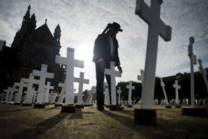 Plantan 600 cruces blancas en memoria de todos los agricultores que se suicidan cada año en Francia. Foto:AFP