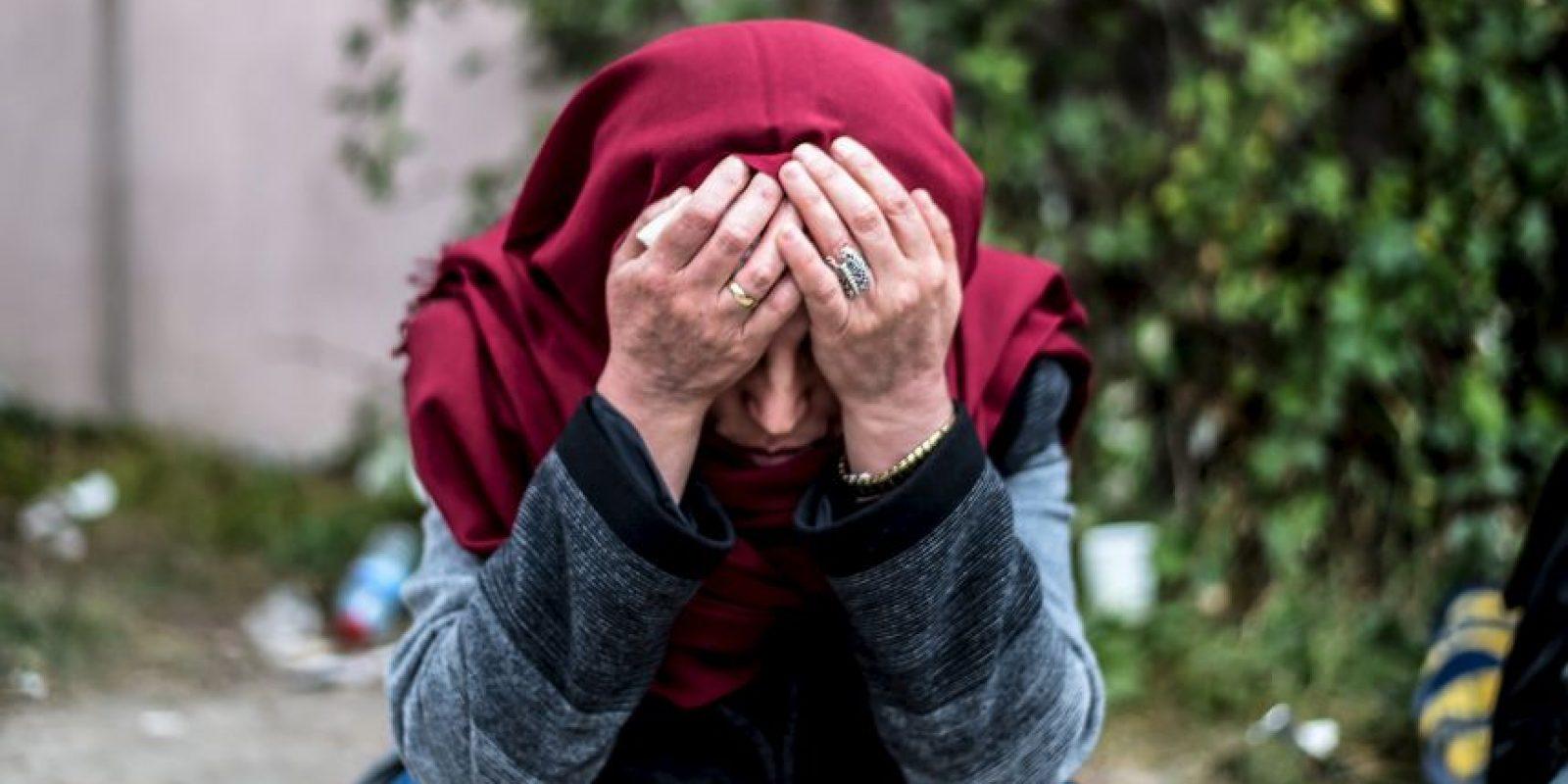 Familiar de una víctima de los atentados en Turquía espea fuera de la morgue. Foto:AFP