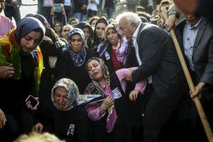 Entierro de víctimas de los atentados en Turquía, que dejaron a 95 muertos. Foto:AFP
