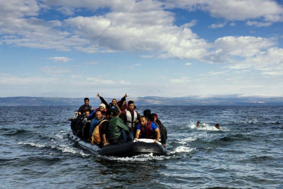Migrantes en un bote inflable en las costas de Grecia. Foto:AFP