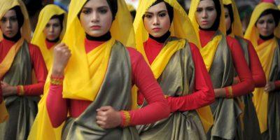 Las mujeres de Aceh ataviadas con trajes coloridos toman parte en las celebraciones del Año Nuevo Islámico en Indonesia. Foto:AFP