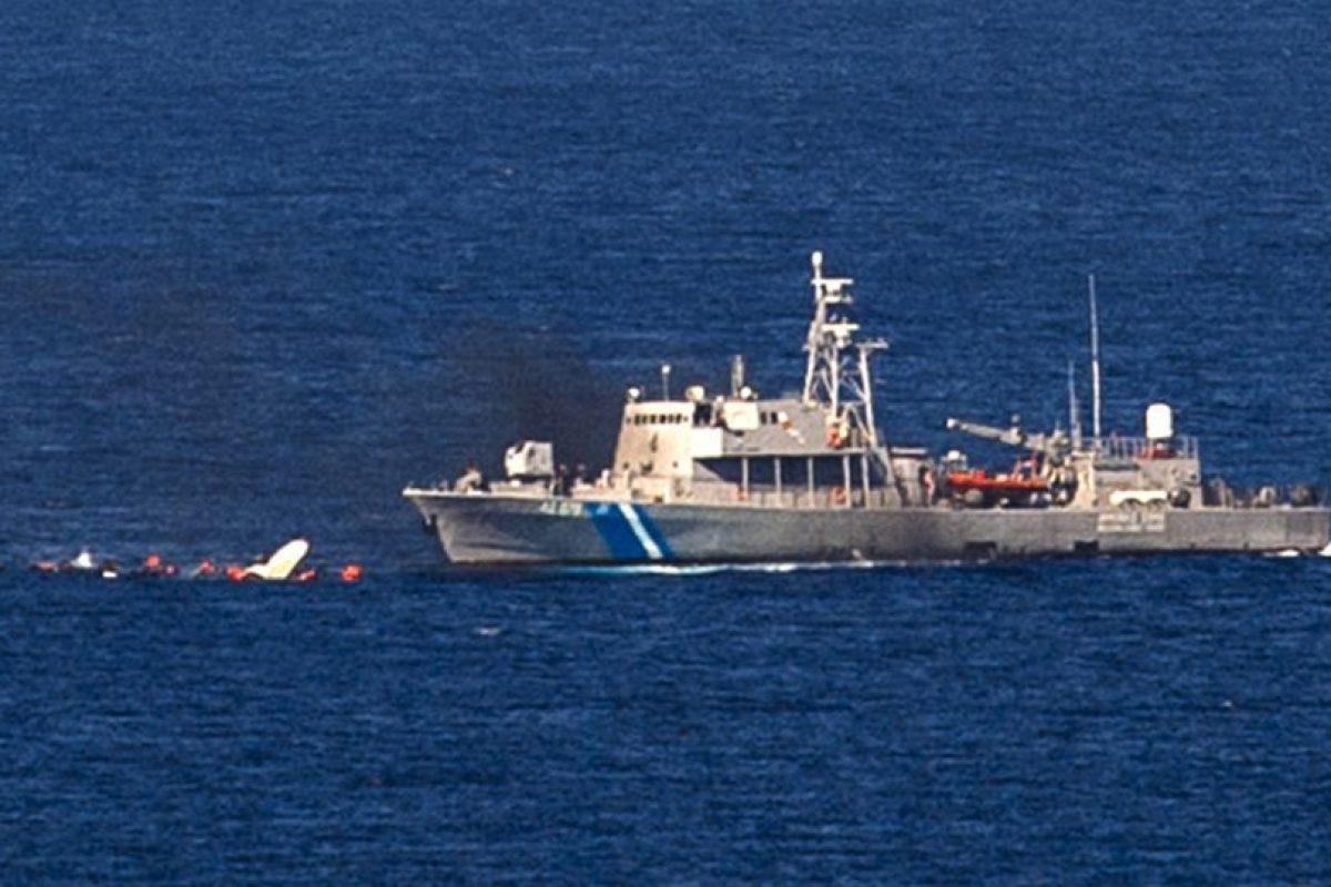 Pequeño barco de madera se hunde en las costas de Grecia. Foto:AFP