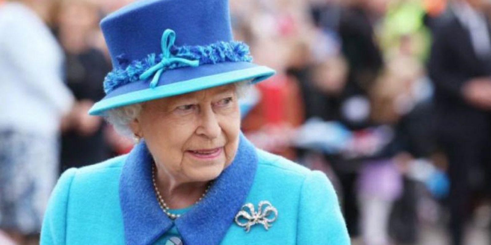 La Reina Isabel se ve bastante formal y correcta, como corresponde a su posición. Foto:vía Getty Images