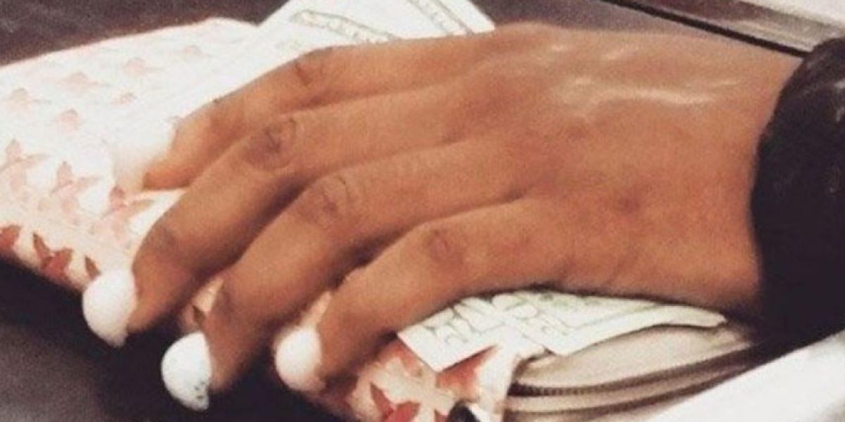 Video: Ahora la moda es ponerse alacranes en las uñas