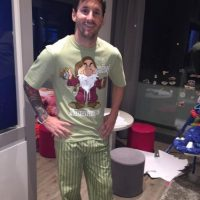 Sus compañeros lo recuerdan y le envían regalos; como esta pijama que le mandó Luis Suárez. Foto:instagram.com/leomessi