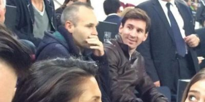 También hizo espacio para apoyar a su club desde la tribuna junto a Iniesta, también lesionado. Foto:vía Twitter.com/teamLionelMessi