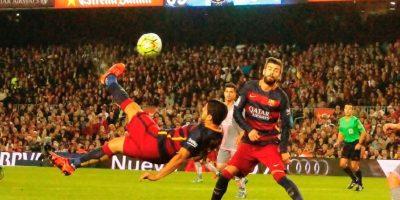 Luis Suárez intentando una chilena. Foto:Ramón Mompiò