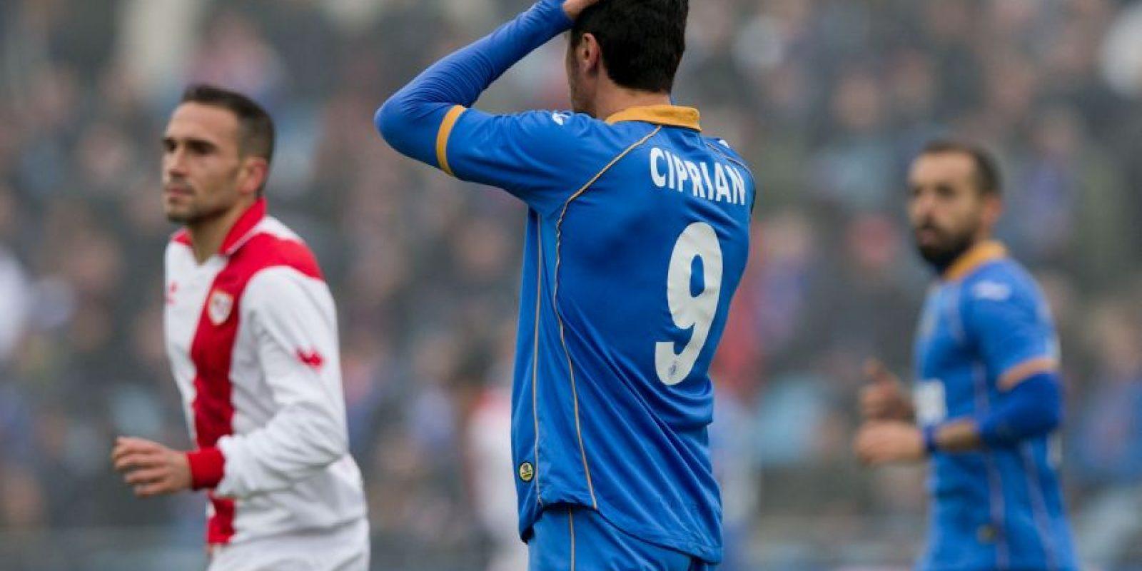 Por algo, este futbolista rumano no lleva su apellido en la espalda. Pasó por el fútbol de España. Foto:Getty Images