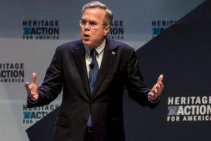 Mientras que Jeb Bush defiende la gestión de su hermano. Foto:Getty Images