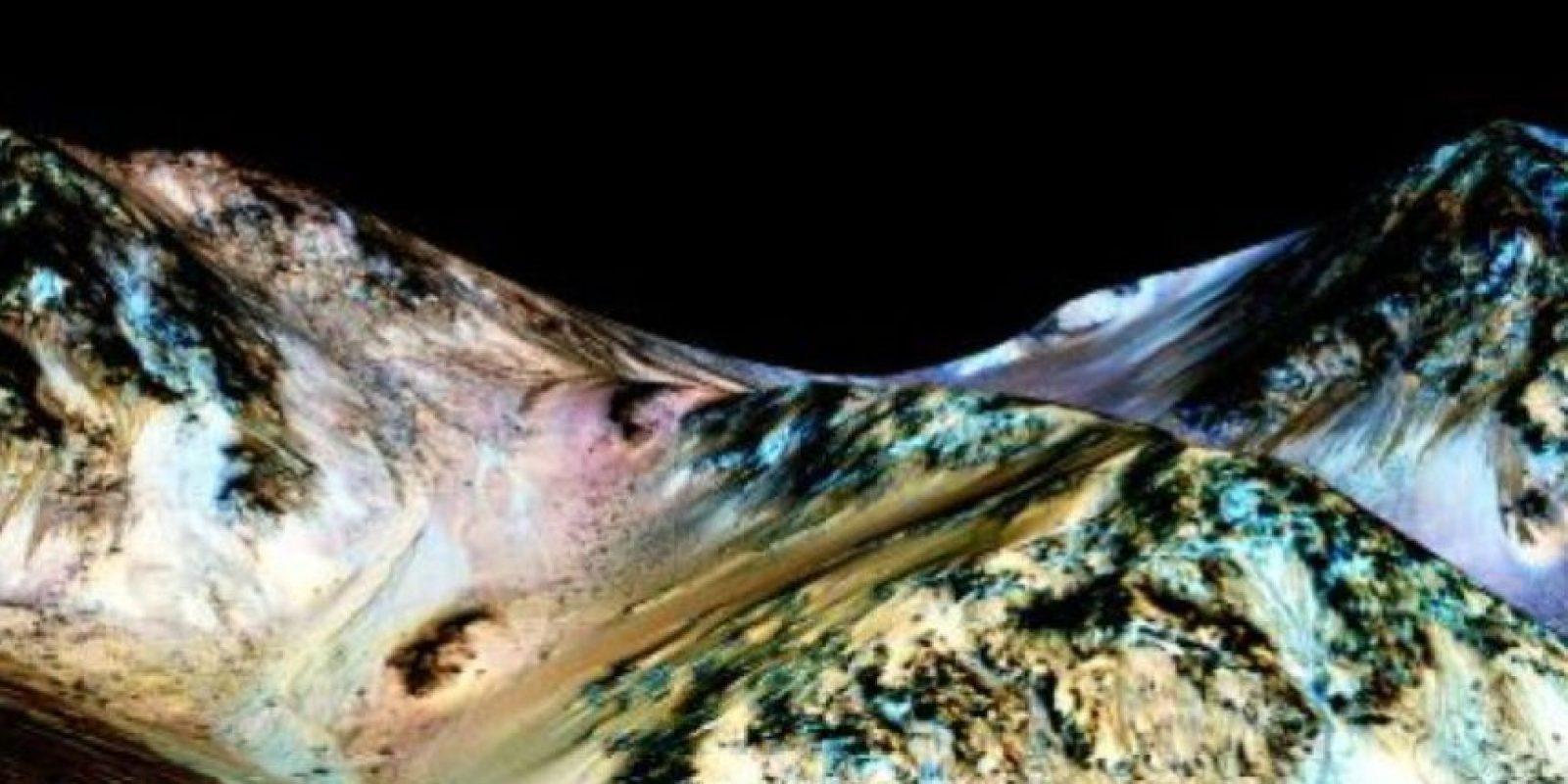La NASA informó que gracias a imágenes aéreas tomadas del planeta se detectaron unos canales que se precipitan colina abajo y que parecen cauces de agua. Foto:Vía Nasa.gov