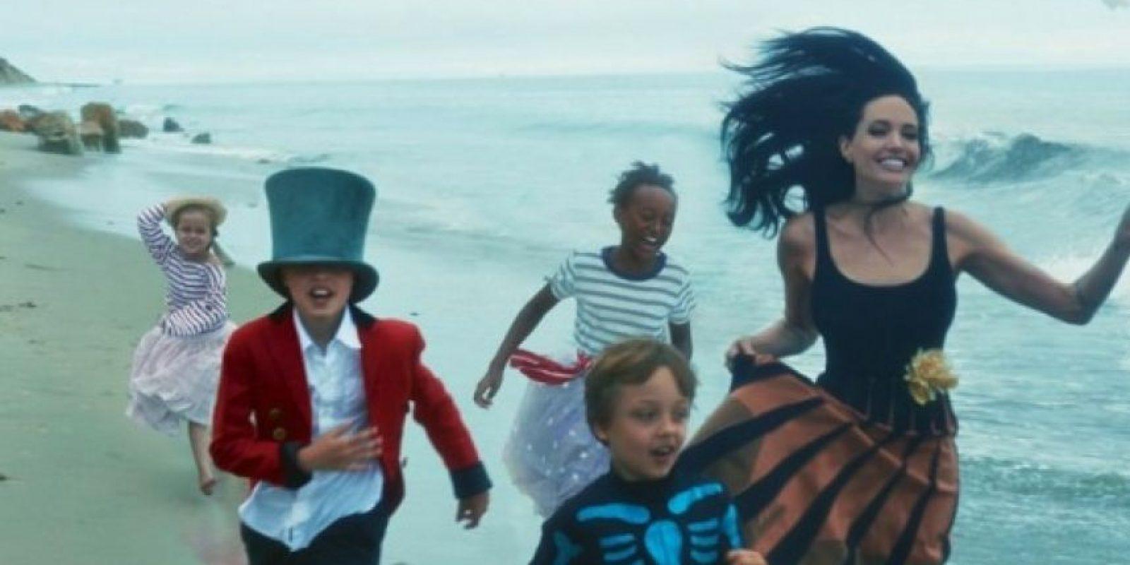 "Aquí la familia corriendo por la playa. Foto:""Vogue Magazine"""