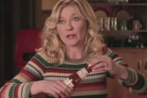 """La estrella de 33 años interpreta a """"Peggy Blomquist"""" Foto:YouTube"""