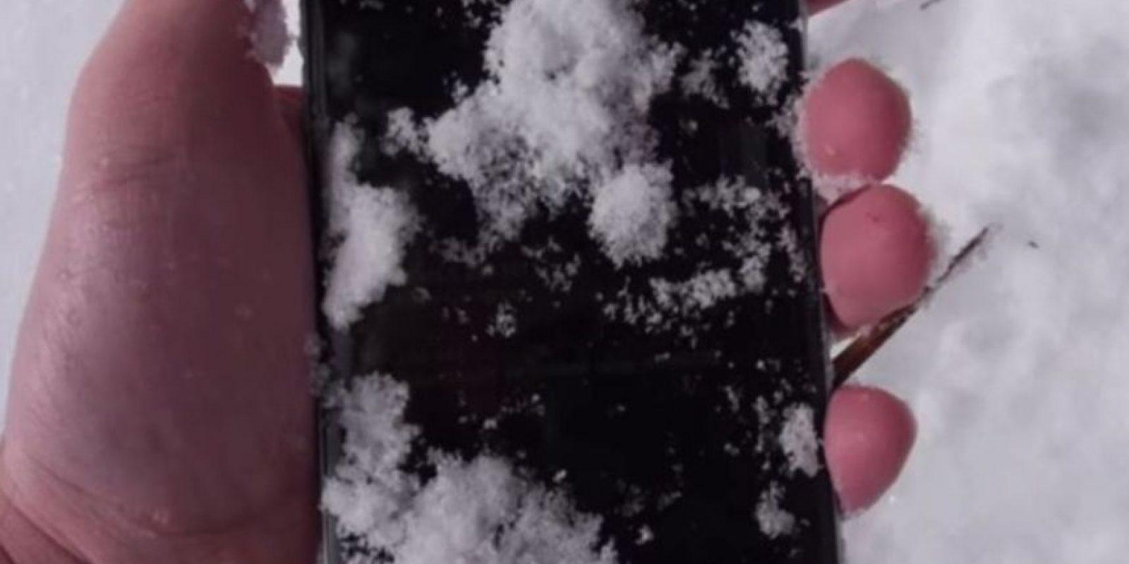 4- Quedó enterrado en la nieve por 24 horas, pero funcionó. Foto:TechRax / YouTube