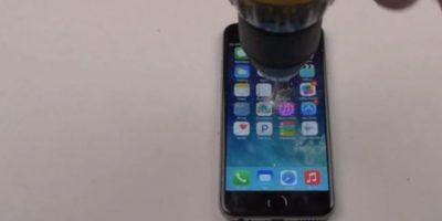8- La pantalla no aguantó la fuerza del taladro. Foto:FullMag / YouTube