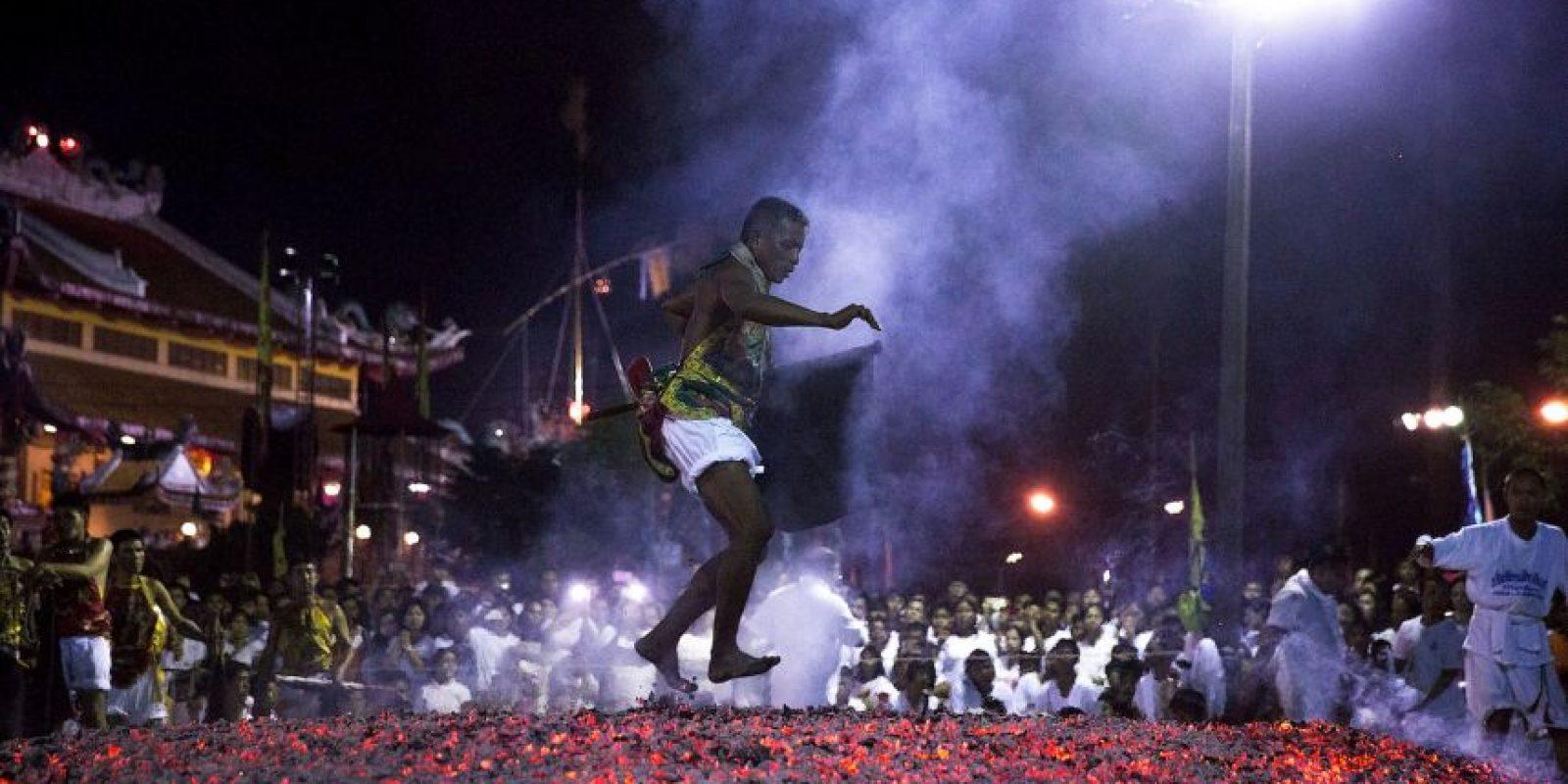 Los participantes también suelen caminar sobre el fuego Foto:Getty Images