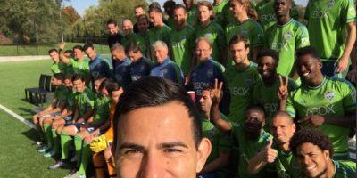 El guatemalteco puso la nota graciosa durante la toma de la fotografía oficial del club. Foto:Seattle Sounders