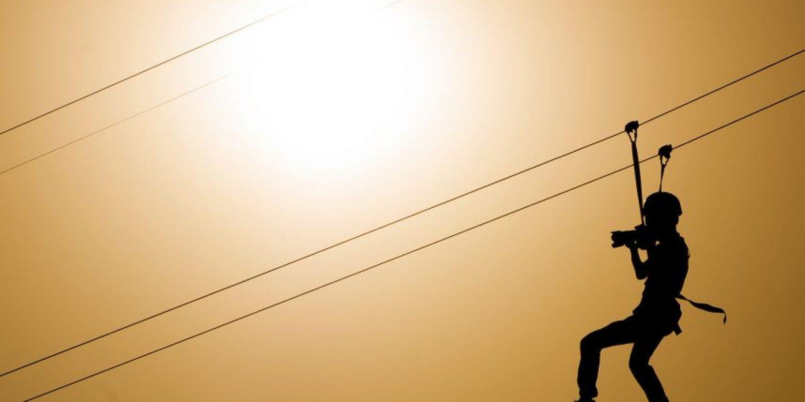 Que consiste en arneses, poleas, cintas de seguridad, guantes y casco protector en perfectas condiciones Foto:Getty Images