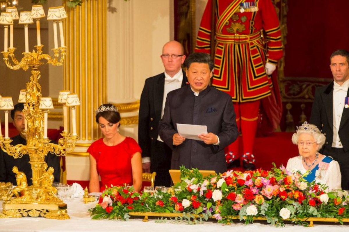 La duquesa de Cambridge se robó la atención del evento por su atuendo y por la tiara que lució. Foto:AP