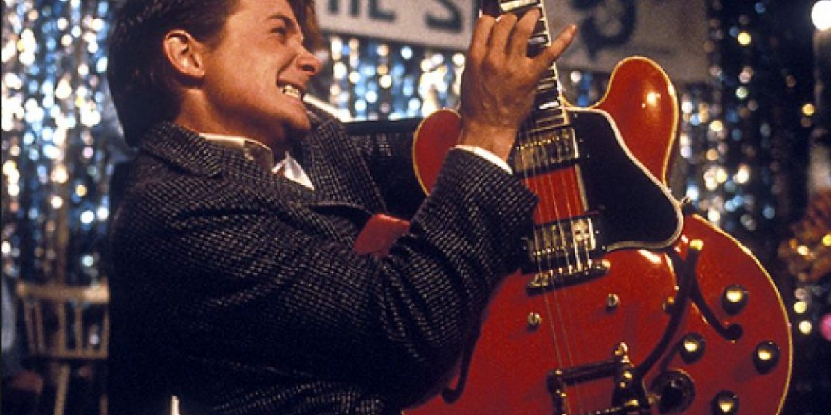 En #BackToTheFuture, Marty McFly toca una guitarra