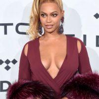 Su vestido fue complementado con una estola Foto: Getty Images