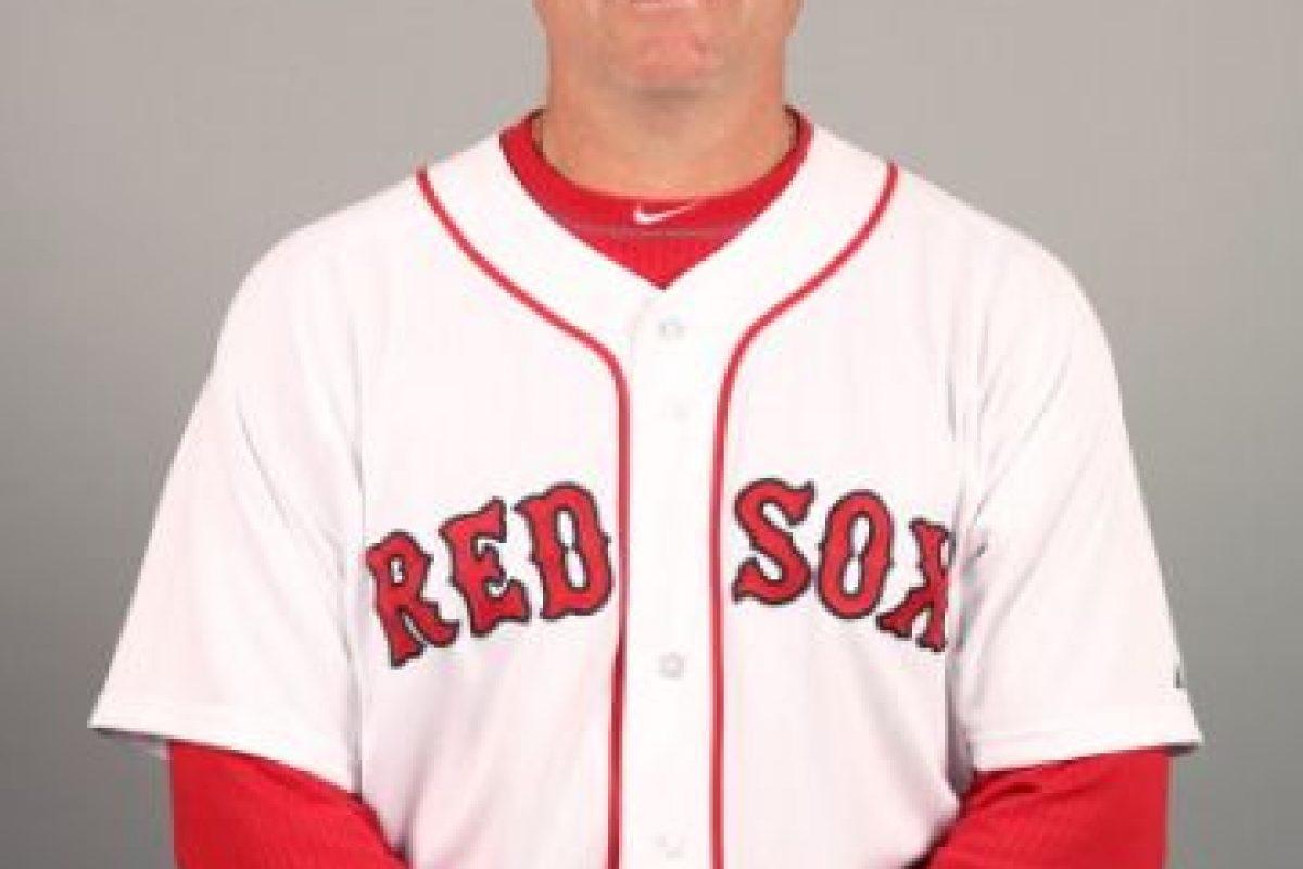 El mánager de los Red Sox, que ganó la Serie Mundial en 2013, se retiró de su cargo temporalmente en el mes de agosto de este año pues le fue detectado cáncer en el sistema linfático, conocido como linfoma, y necesitaba tratarse. A principios de octubre completó las quimioterapias necesarias y está en proceso de recuperación. Foto:Getty Images