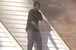 Así bailó Mateo en el techo de la casa incendiada. Foto:Vía Youtube