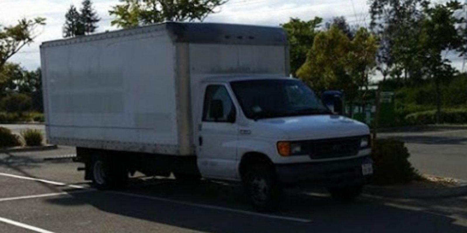 Esta es la camioneta donde duerme Brandon. Foto:vía frominsidethebox.com