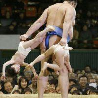 """Esta consiste en el enfrentamiento de dos luchadores llamados """"rikishi"""" en ring circular, que tiene por nombre """"dohyo"""". Foto:Getty Images"""