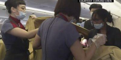 Mujer que dio a luz en pleno vuelo es separada de su bebé en Estados Unidos