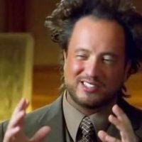 "El investigador Giorgios A. Tsoukalos es protagonista del meme ""Aliens"". Foto:vía Meme Generator"