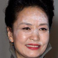 El maquillaje traslúcido (sobre todo los polvos iluminadores) le jugó una muy mala pasada a Peng Liyuan, primera dama de China. Foto:vía Getty Images