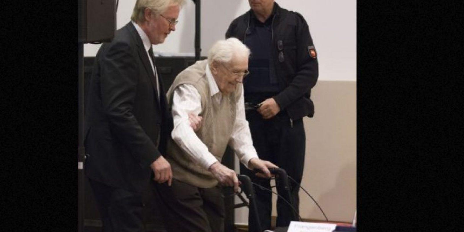 """Groening, conocido como el """"contador de Auschwitz"""" , protagonizó un conmovedor momento en el mes de abril durante el juicio, cuando conoció a Eva Mozes Kor, de 81 años, testigo del campo de concentración de Auschwitz. Foto:vía AP"""