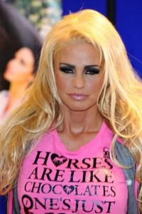 Pero el cabello artificial se ve barato y vulgar. Foto:vía Getty Images