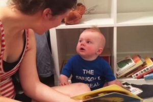 Pero aun así su mama dedica tiempo de lectura para él. Foto:Vía Youtube