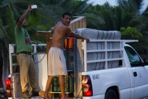 Algunos prefieren llevar consigo varias de sus pertenecias. Foto:AFP