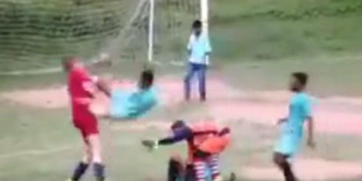 VIDEO. Este chico no soportó el bullying a su compañero y pegó una patada voladora