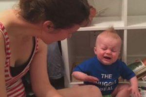 Este bebé ama la literatura y llora cada que termina un libro Foto:Vía Youtube