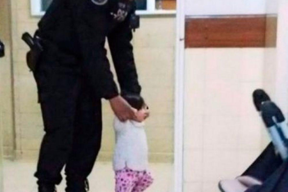 El policía llamado Maximiliano Alberto de Corrientes fue enviado al Hospital Argerich en Buenos Aires a custodiar a dos hermanos de uno y tres años. Foto:Vía Facebook