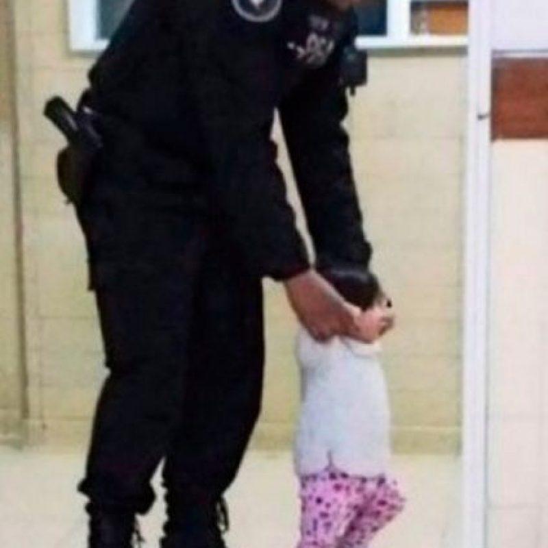 Este policía juega con una pequeñita mientras su madre se encontraba en terapia intensiva. Foto:Vía Facebook