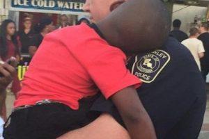 Así abrazaba el oficial Daid Taylor al pequeño perdido. Foto:Vía Facebook