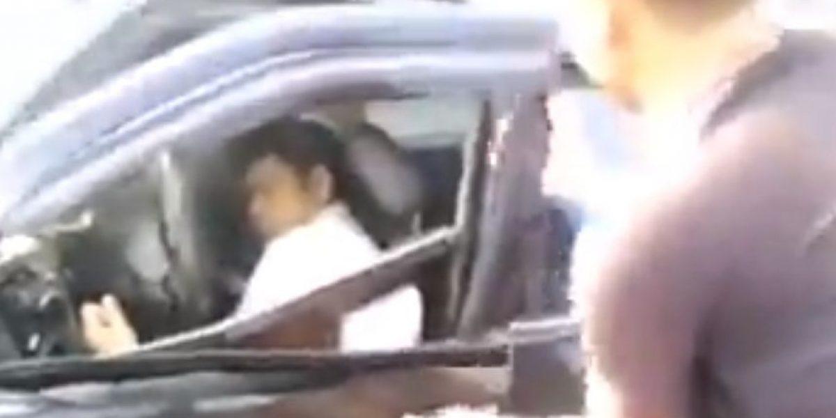 Graban impactante momento en el que salvan a hombre dentro de auto incendiándose