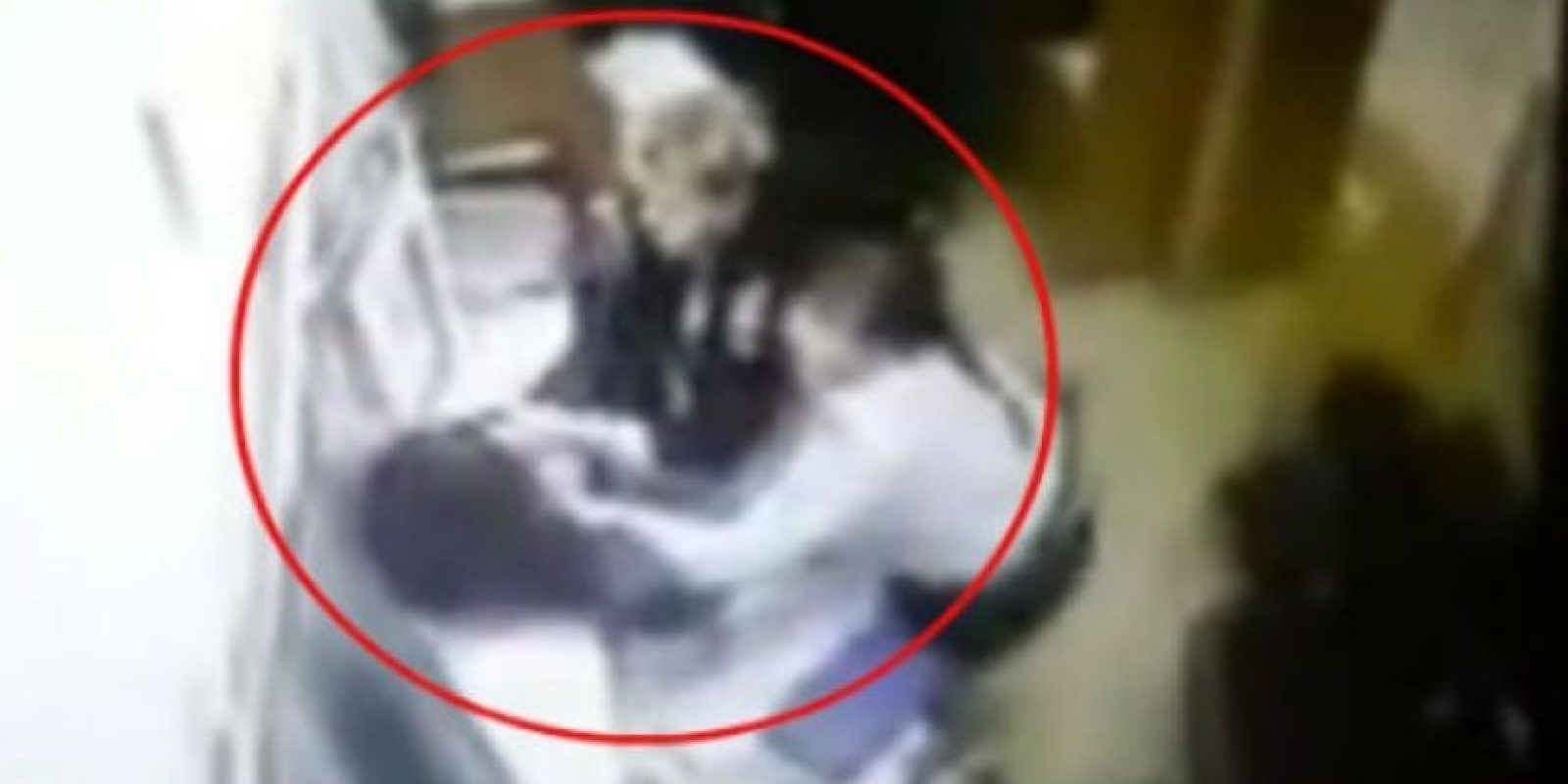 Este hombre detenido huyó y perdió los pantalones. Foto:Vía Youtube