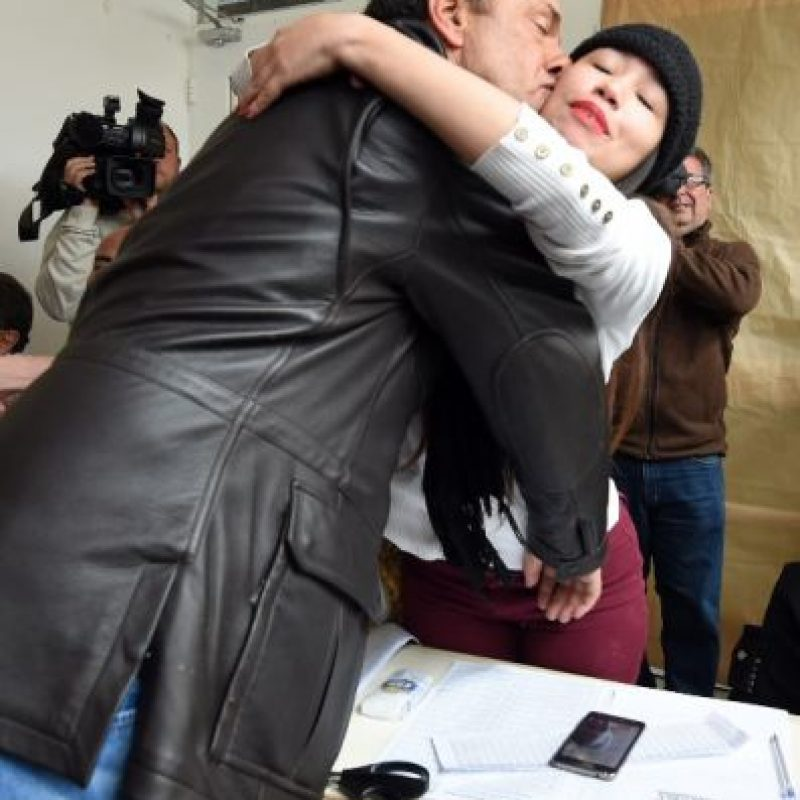 Una joven decidió tomarse un selfie mientras el candidato presidencial oficialista del Frente para la Victoria (FPV) emitía su sufragio. Posteriormente él la abrazó y le dio un beso Foto:AFP