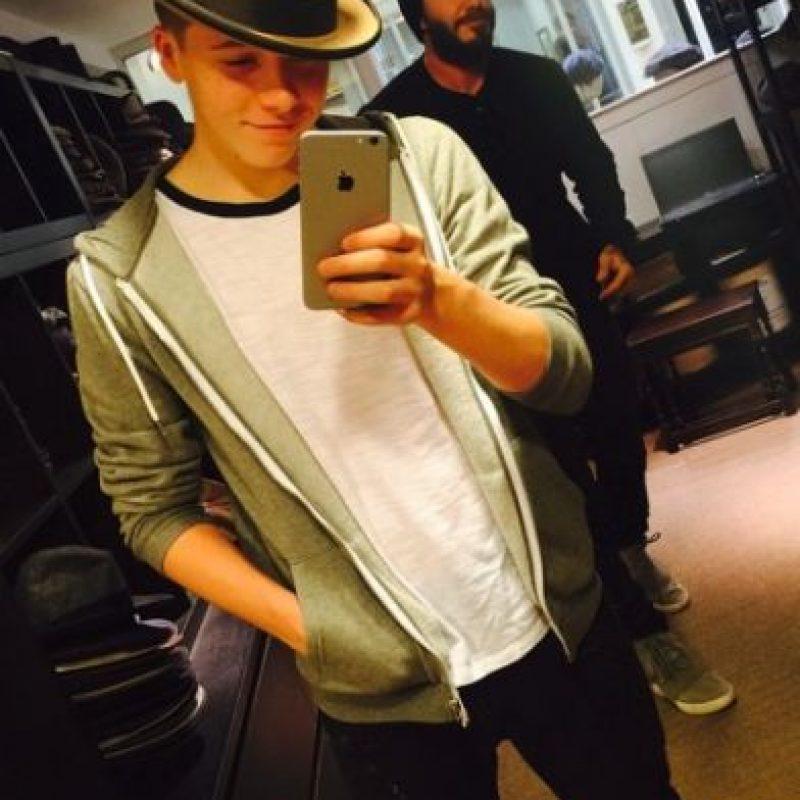 """""""Mi madre sabe mucho sobre moda. Pero obviamente escucho a mi padre pues él tiene un gran estilo y compartimos ropa"""", señaló el joven de 16 años. Foto:vía instagram.com/brooklynbeckham"""