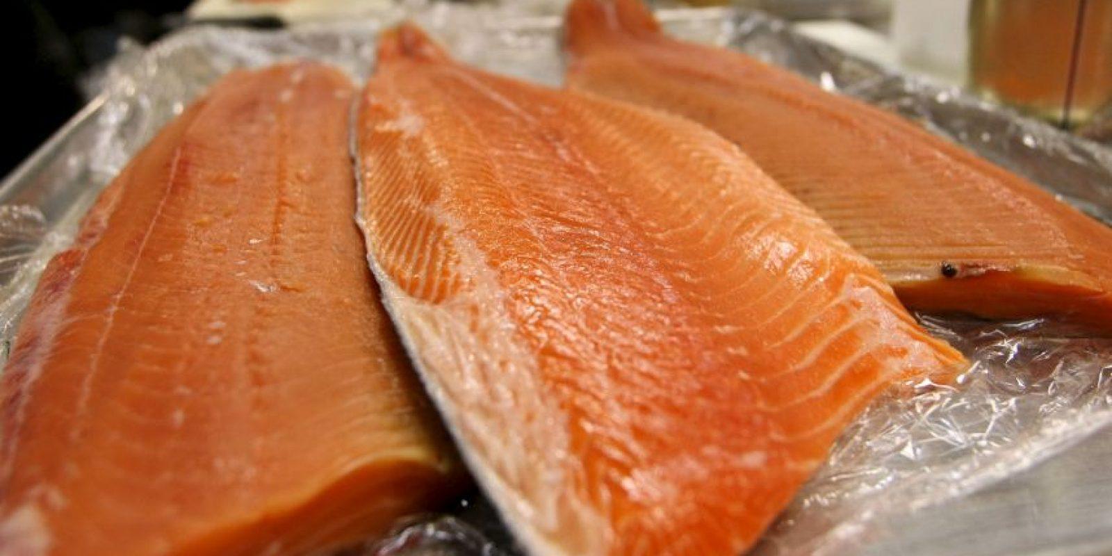 De acuerdo a un estudio de la Universidad de Albany, Nueva York, este tipo de salmón esta contaminado con químicos cancerígenos. Foto:Getty Images