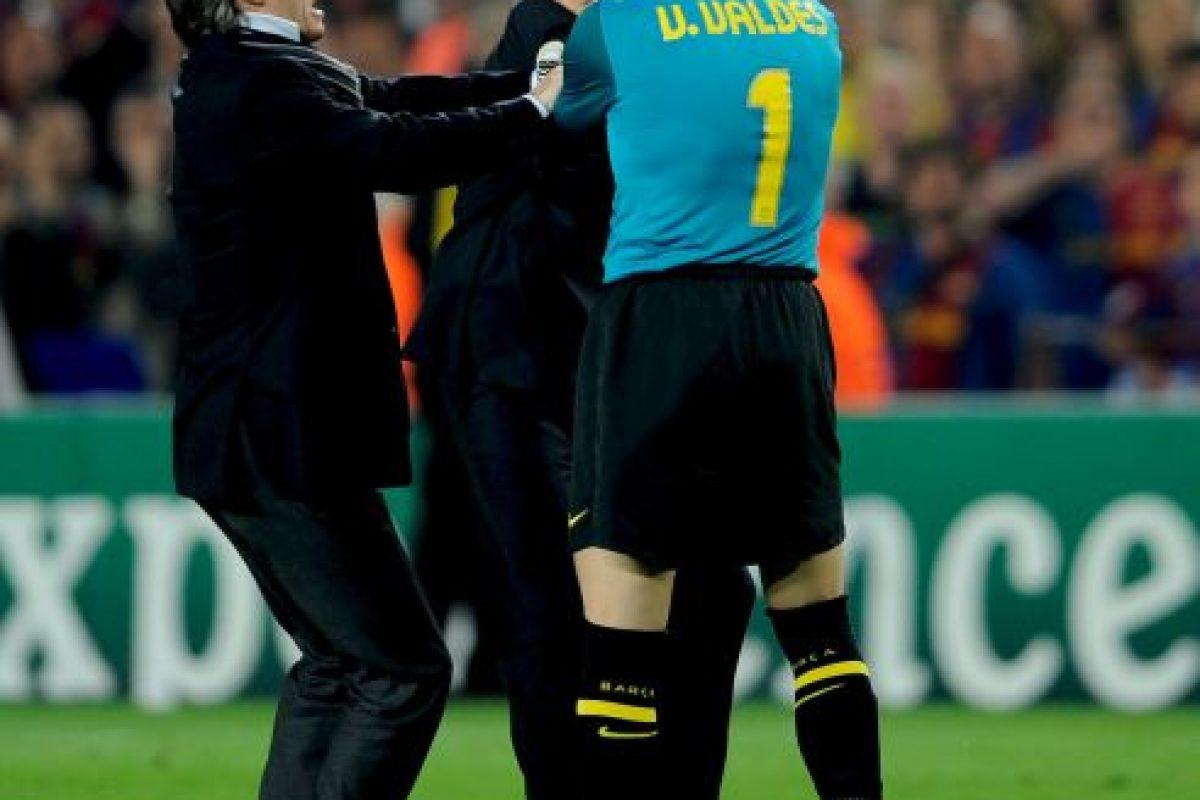 """Entonces, """"Mou"""" celebró eufórico en la cancha del Barcelona, situación que molestó a jugadores y aficionados del club catalán. El portero Víctor Valdés saltó a la cancha para increpar a Mourinho por su festejo. Foto:Getty Images"""