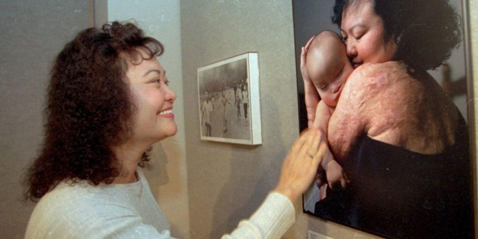 Kim Phuc mira una foro con su hijo durmiendo en el Museo de Los Ángeles Foto:AP