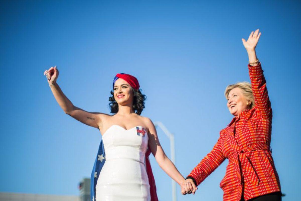Este domingo la precandidata felicito a ala cantante quien cumple 31 años. Foto:Vía Twitter @HillaryClinton